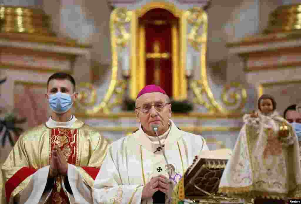 БЕЛОРУСИЈА - Католичкиот архиепископ од Минск е во Белорусија за Божиќ, откако властите ја укинаа неговата четиримесечна забрана за влез во земјата поради масовните антивладини протести.