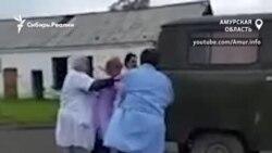 Врачи толкают машину скорой, чтобы уехать на вызов в Амурской области