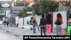Nigériai prostituáltak Olaszországban. Sokukat kamaszként csempészik az országba.