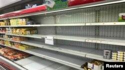 Prazne police na kojima su bili izloženi francuski proizvodi, nakon bojkota kuvajtskih supermarketa francuske robe, u Kuvajtu 25. oktobra 2020.