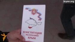 Aqmescitte Qırımnıñ Rusiye Anayasasını tarqatalar