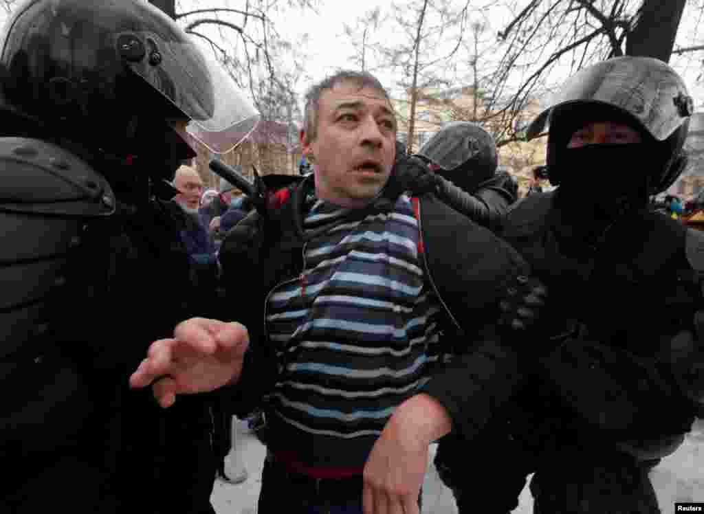 В Санкт-Петербурге задерживали участников акции, которые собрались на улице Гороховой, и просто находящихся там людей без предупреждения и объяснения причин. Силовики задерживали в основном тех, кто стоит отдельно от большой группы людей