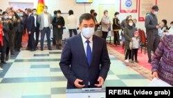 Претседателот Садир Јапаров гласа на референдумот за нов устав на Киргистан, 11.04.2021.