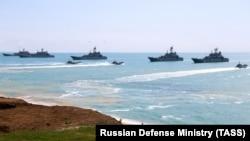 Rusiye ADF gemileri işğal etilgen Qrımnıñ yalısında talimler vaqtında, 2021 aprel