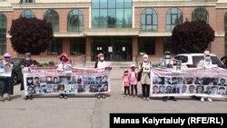 Участники протеста у Банка Китая. Алматы, 6 мая 2021 года.