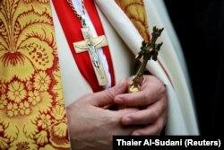 Священник Халдейской католической церкви в Багдаде на богослужении. 25 декабря 2020 года