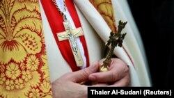 کشیش کلیسای کلدانی سنت جورج در مراسم کریسمس دسامبر ۲۰۱۸ در بغداد
