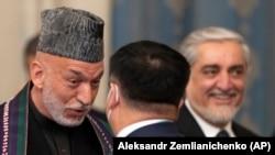 Fostul președinte afgan Hamid Karzai (stânga) vorbind cu un membru al delegației chineze la conferința de pace de la Moscova, 18 martie 2021