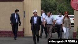 Аскар Акаев после выхода с допроса в ГКНБ Кыргызстана. Бишкек, 2 августа 2021 года