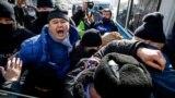 Полиция жасағы оппозиция митингісінің қатысушысын ұстап әкетіп жатыр. Алматы, 28 ақпан 2021 жыл.