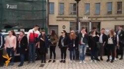 Украиналик талабалар Киевдаги Голландия элчихонаси олдида флешмоб ўтказди