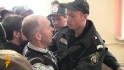 Міліція виштовхує з суду брата Іващенка