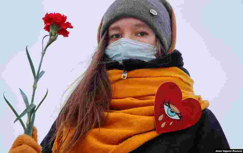 Жена в Санкт Петербург протестира в подкрепа на жените политически затворнички и срещу полицейското насилие.