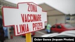 Vaccinare drive-through în Piața Constituției din București.