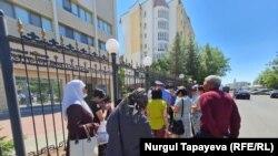 Активисты передают петицию вышедшему сотруднику службы безопасности. 16 июня 2021 года.