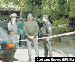 """Отцепеният от полицията район около кооперацията на """"Латинка"""" 15. 2 октомври 1996 г."""