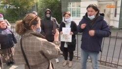 Пикетировавших посольство Китая оштрафовали. Денег на погашение у них нет