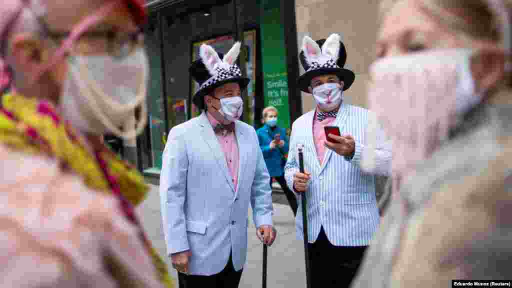 New Yorkban már feloldották a legszigorúbb korlátozó intézkedéseket, de még hordani kell a maszkot, amit a parádé résztvevői a húsvéti alkalomhoz igazítottak.