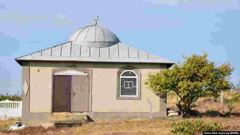 На окраине кладбища стоит небольшая мечеть