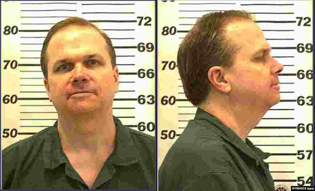 На фотографії з роздатковим матеріалом, опублікованій Департаментом виправних служб штату Нью-Йорк від 28 липня 2010 року у в'язниці Аттика (в'язниця штату Нью-Йорк категорії максимальної/супермаксимальної безпеки, розташована в місті Аттика, США), зображений Марк Девід Чепмен, який був засуджений за вбивство Джона Леннона біля квартири музиканта в Манхеттені 8 грудня 1980 року. У 2020 році Чепмену було відмовлено в умовно-достроковому звільненні за вбивство Джона Леннона в одинадцяте. Його дванадцяте слухання про умовно-дострокове звільнення призначено на серпень 2022 року