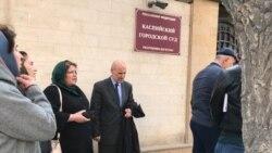 Родственники Мурада Мирзаханова у здания суда