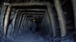 Üzü kömür tozuna bulaşmış uşaqlar