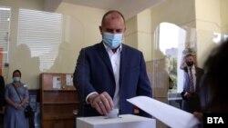 Бугарскиот претседател Румен Радев гласаше во стручното училиште за транспорт Мекгахан.