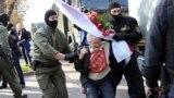 Forțele de ordine o arestează pe activista Nina Bahinskaya, în vârstă de 73 de ani, la un protest față de fraudarea alegerilor prezidențiale. 19 septembrie 2020, Minsk.
