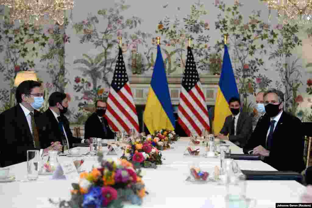 САД - Американскиот државен секретар Антони Блинкен ја потврди непоколебливата поддршка на САД за територијалниот интегритет на Украина, која се соочува со агресија од Русија на денешниот состанок со украинскиот министер за надворешни работи Дмитро Кулеба.