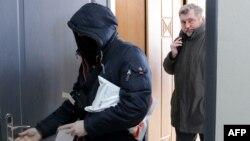 Բելառուս - Ժուռնալիստների ասոցիացիայի ղեկավար Անդրեյ Բաստունեցը (աջից) կազմակերպության գրասենյակի խուզարկությունից հետո, Մինսկ, 16-ը փետրվարի, 2021թ.