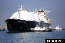 Egy cseppfolyósítottföldgáz- (LNG) tanker a Tokiótól keletre fekvő Szodegaura kikötőjében – Ázsia és Dél-Amerika is versenyben van Európával az LNG-forrásokért