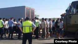 Водители и полицейские во время протестов против введения платы за пользование автотрассами. Шымкент, май 2021 года