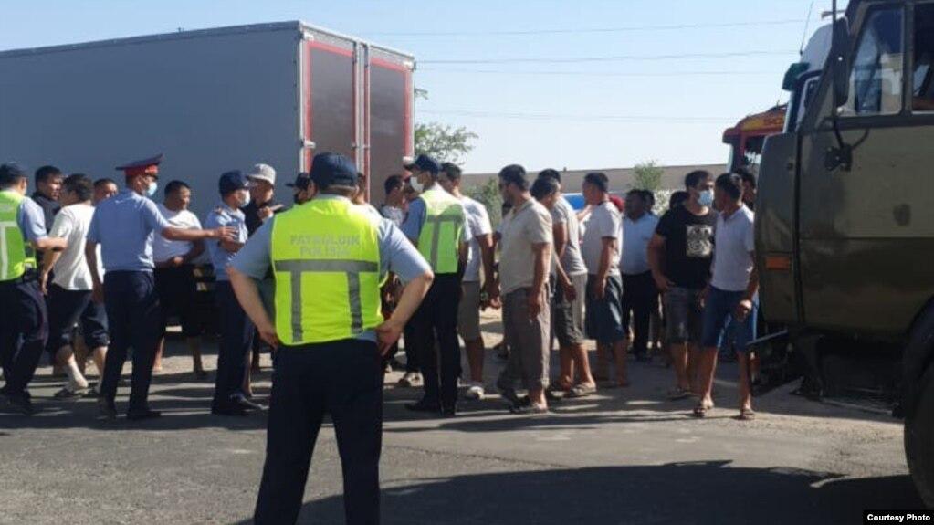 Водители и полицейские на трассе на юге Казахстана. Май 2021 года
