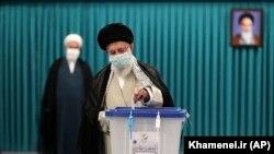 Իրանի հոգևոր առաջնորդ Այաթոլլա Ալի Խամենեին քվեարկում է նախագահական ընտրություններին, Թեհրան, 18-ը հունիսի, 2021թ.