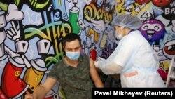 Алматыдагы соода борборлордун биринде ачылган эмдөө борборунда коронавируска каршы вакцина алып жаткан жаран. 27-апрель, 2021-жыл.