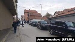 Veturat e EULEX-it pranë shtëpisë së ish-kryetarit të Kuvendit, Jakup Krasniqi.