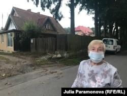 Светлана Рудой рядом со своим домом