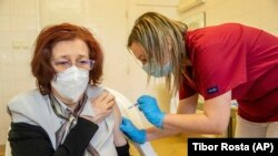 Kórházban oltanak be egy pácienst a Szputnyik V orosz termék első dózisával Békéscsabán, 2021. március 25-én.