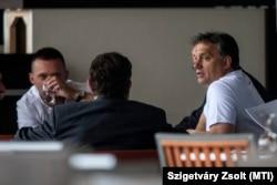 Orbán Viktor miniszterelnök (j) résztvevőkkel beszélget a Fidesz-KDNP frakcióülésén a Park Inn Sárvár szállóban 2012. szeptember 5-én. Balra Rogán Antal, a Fidesz parlamenti frakcióvezetője.