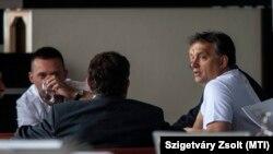 Orbán Viktor miniszterelnök résztvevőkkel beszélget a Fidesz-KDNP frakcióülésén a Park Inn Sárvár szállóban 2012. szeptember 5-én. Balra Rogán Antal, a Fidesz parlamenti frakcióvezetője.
