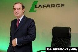 برونو لافون مدیرعامل وقت لافارژ در زمان ارائه گزارش عملکرد ۲۰۱۴، در نشستی مطبوعاتی در فوریه ۲۰۱۵