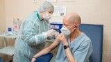 Directorul spitalului din Tiraspol, Igor Tostanovski, primind prima doza a vaccinului AstraZeneca