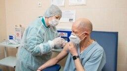 Директор тираспольской больницы Игорь Тостановский получает первую дозу вакцины AstraZeneca