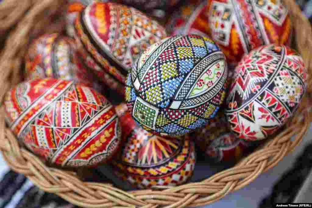 Ouă încondeiate sunt expuse la Târgul de Florii de la Muzeul Satului din București.