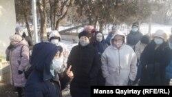 Десятки медработников больницы требуют выплат надбавок. Алматы, 24 декабря 2020 года.