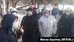 Үстемақыларын даулап тұрған медицина қызметкерлері. Алматы, 24 желтоқсан 2020 жыл.