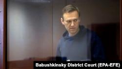 Politikani opozitar rus, Aleksei Navalny gjatë paraqitjes para një gjykate në Moskë në muajin shkurt.