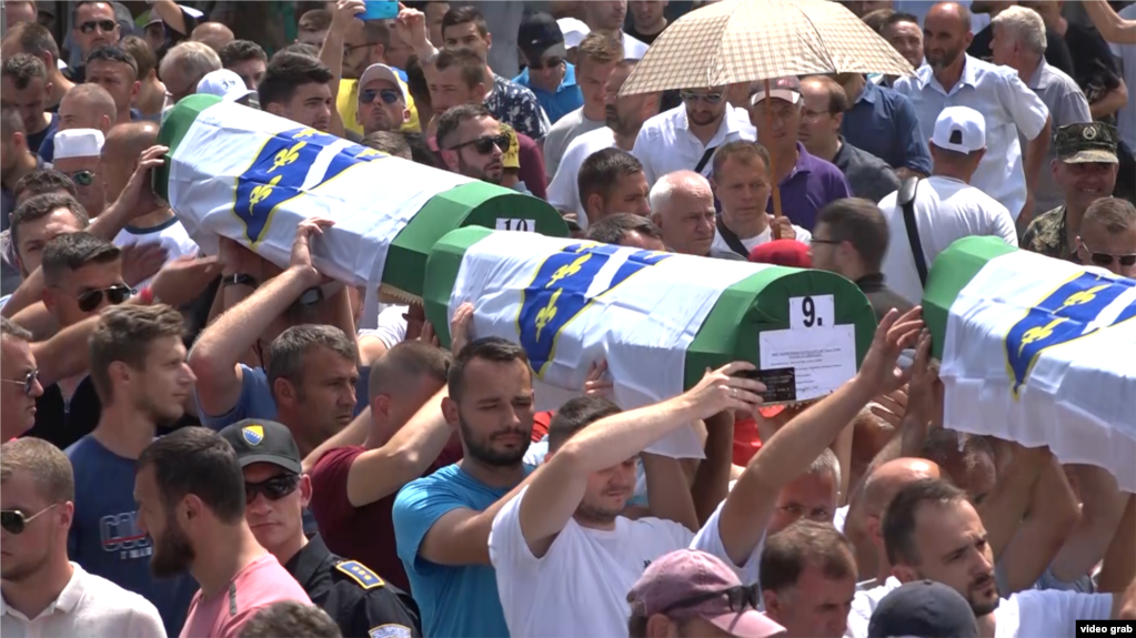 Na poslednjem ukopu žrtava genocida počinjenog u Srebrenici, 11. jula 2021. sahranjeni su pronađeni ostaci još 19 idetifikovanih. 1995. godine ubijeno je više od 8.000 Bošnjaka.