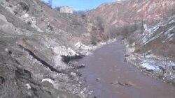В реку Майлуу-Суу попадает нефть