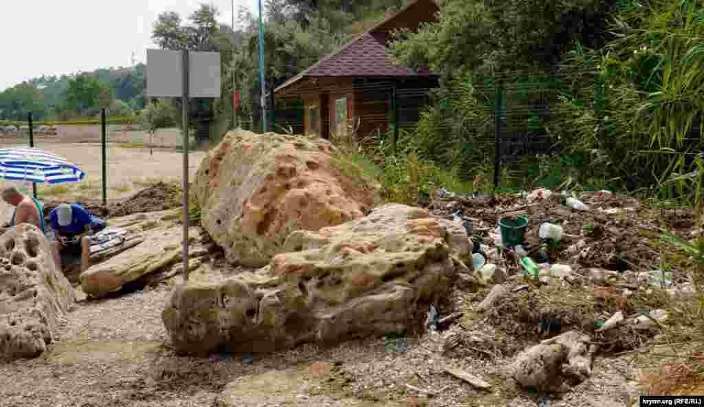 Біля підніжжя мису, під «зоною безпеки» санаторію «Чорноморець»